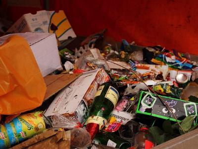 Blick in einen vollen Müllcontainer