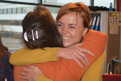 zwei Menschen umarmen sich
