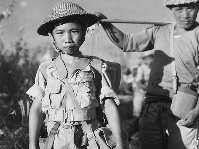 ein kleiner Junge als Soldat