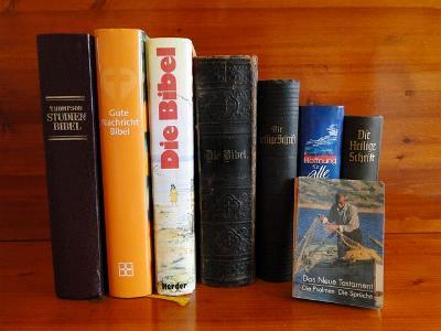 verschiedene Bibelausgaben in einem Bücherregal