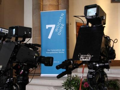 zwei TV-Kameras in einer Kirche