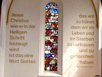 die 1. These der Barmer Erklärung auf einer Kirchenwand