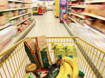 Einkaufswagen mit fair gehandelten Produkten