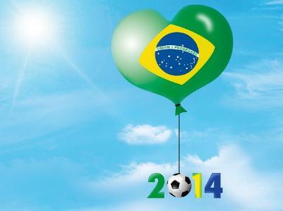 ein Fußball hängt an einem Luftballon mit Brasilienflagge
