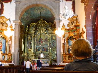 betende Menschen in einer prunkvollen Kirche