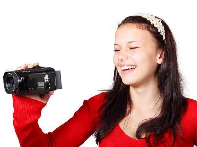 junge Frau filmt mit Videokamera