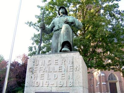 kniender Bronzesoldat und Inschrift 'Unsern gefallenen Helden'