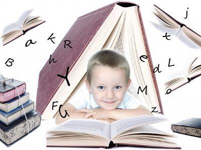 kleiner Junge über ein Buch gebeugt