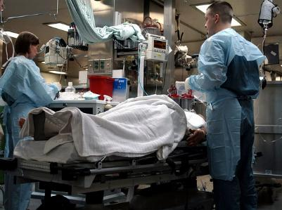 Mediziner am Krankenbett einer Intensivstation