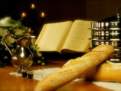 Abendmahls-Tisch mit Brot und silbernem Weinkelch