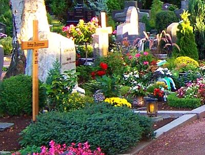 Gräber und Grabsteine auf einem Friedhof
