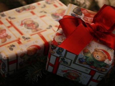 zwei weihnachtlich eingepackte Geschenkkartons