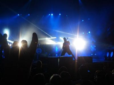 eine Rockband im blauen Scheinwerferlicht auf der Bühne