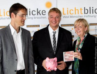 von rechts:NRW-Ministerpräsidentin Hannelore Kraft, Michael Holm von der Neusser Lichtblicke-Show und Lichtblicke-Schirmherr Udo Kraft