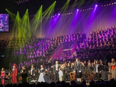 Publikum vor Musicalbühne mit Darstellern und Chor