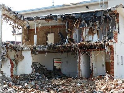 kaputtes Gebäude, bei dem die ganze Fassade fehlt