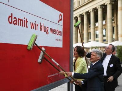 Die Losung für den Ev. Kirchentag 2015 in Stuttgart wird bei einer Plakataktion vorgestellt