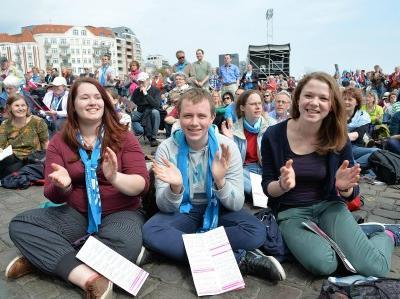 Fröhliche junge Leute beim Evangelischen Kirchentag 2013 in Hamburg