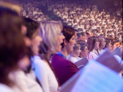 Großer Chor beim Pop-Oratorium 'Die 10 Gebote'