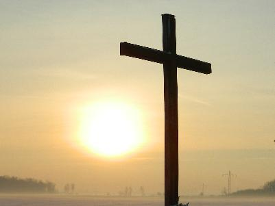 großes hölzernes Kreuz bei Sonnenaufgang