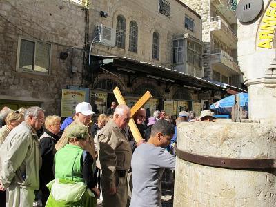 Pilgergruppe mit Kreuz in Jerusalem