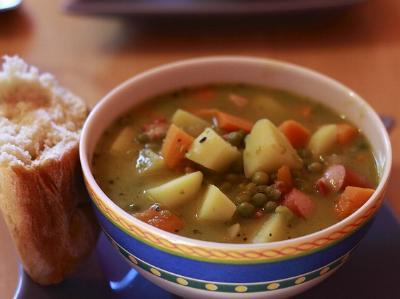 eine Terrine mit Suppe und einem Stück Brot