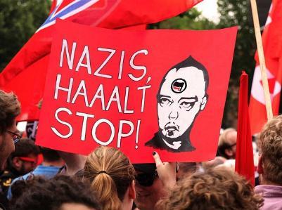 Menschen mit Transparent bei einer Anti-Nazi-Demonstration