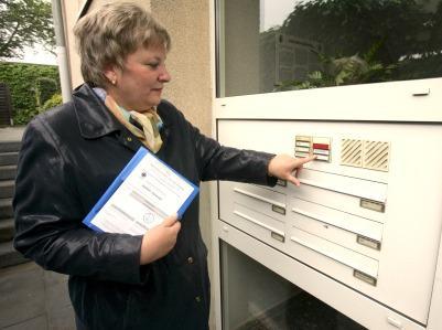 Spendensammlerin klingelt an einer Haustüre