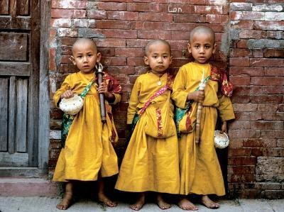 drei kleine nepalesische Jungen in der landestypischen Tracht