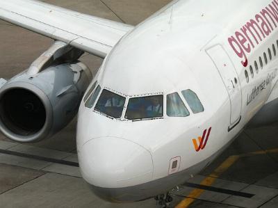 Passagierflugzeug parkt am Terminal