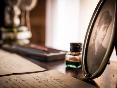 Schreibtisch mit alten Briefen und Fotografien