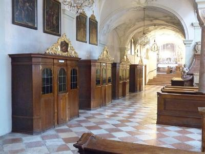 drei Beichtstühle in einer Kirche