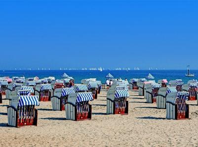 Strandkörbe an einem menschenleeren Strand