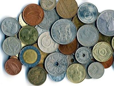 ein Haufen Geldstücke aus verschiedenen Ländern
