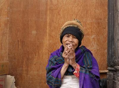 Alte Frau in Nepal