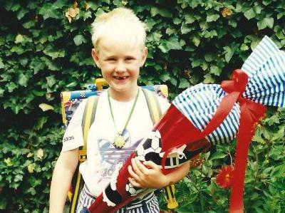 Kleiner Junge mit Schultüte