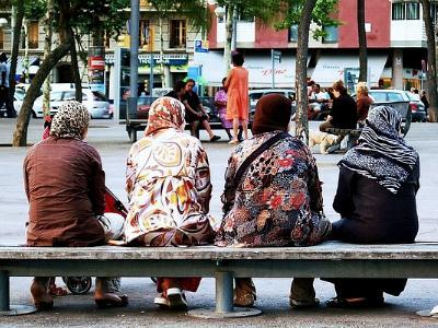 Vier Frauen mit Kopftuch auf einer Bank
