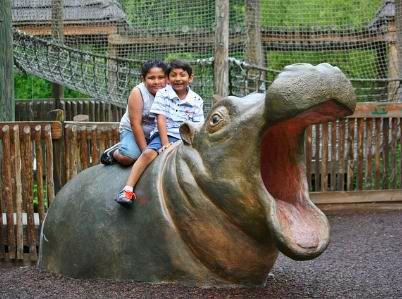 Zwei Kinder im Zoo