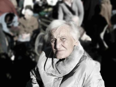 eine alte Frau blickt in die Kamera