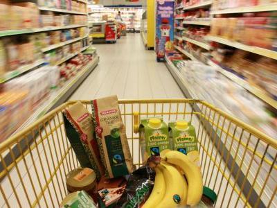 Einkauswagen mit fair gehandelten Produkten in einem Supermarkt