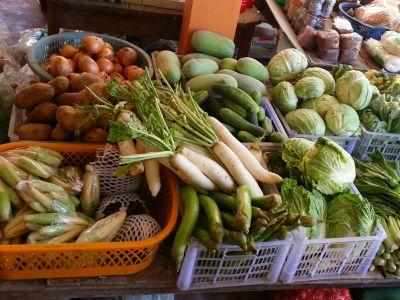 mehrere Plastikkörbe, mit Gemüse gefüllt