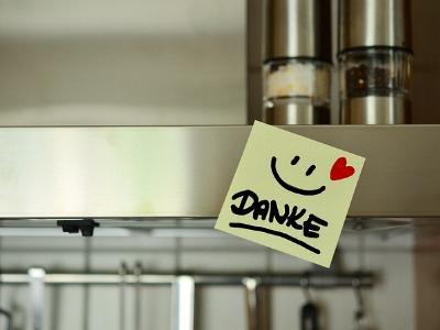 ein gelber Klebezettel mit Smiley und dem Wort Danke