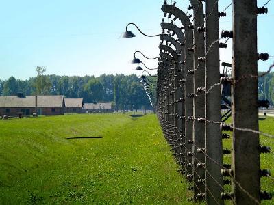 Stacheldrahtzaun und Baracken im KZ Auschwitz