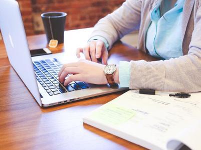 Frau arbeitet am Notebook