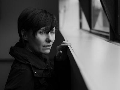 schwarz-weiß-Foto einer traurigen Frau