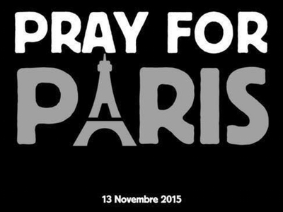 Zeichnung: die Worte Pray For Paris auf schwarzem Hintergrund