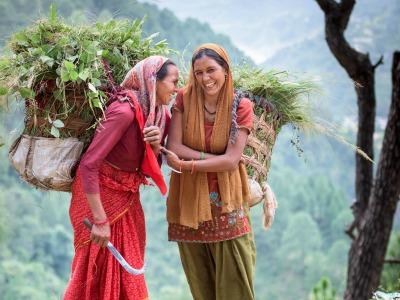 zwei indische Bäuerinnen mit gefülten Erntekörben