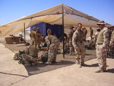 Soldaten in einem Wüstencamp unter einem Sonnensegel