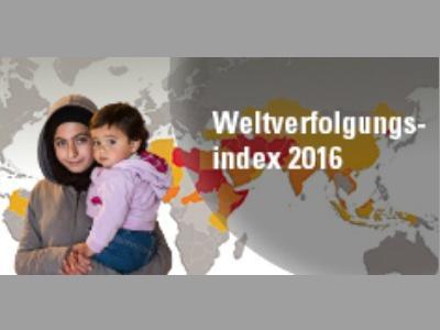 Frau mit Kind auf dem Arm vor einer Weltkarte
