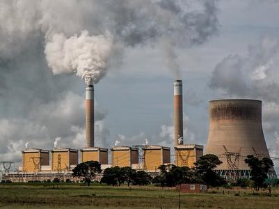 Ein Kohlekraftwerk mit rauchenden Schornsteinen